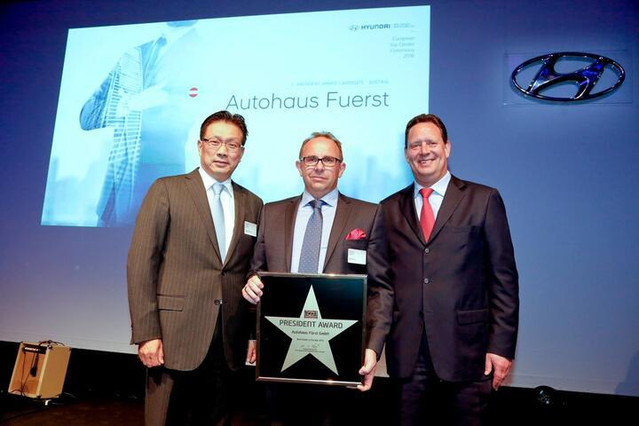 V.l.n.r.: Hyung Cheong Kim (Präsident & CEO Hyundai Motor Europe), Roman Fürst (Geschäftsführer Autohaus Fürst) und Thomas A. Schmidt (COO Hyundai Motor Europe) bei der Verleihung des Hyundai President Award an das Autohaus Fürst am 3. Mai 2016